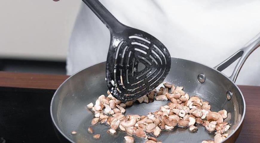 перемешиваем мясо в сковородке
