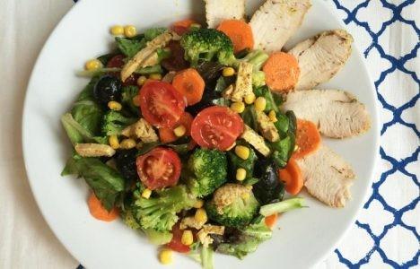 Летний салат с индейкой и брокколи